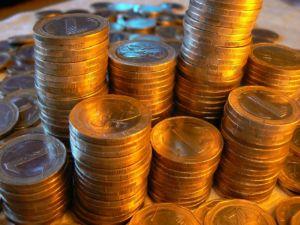 Münzen auf einem Haufen.