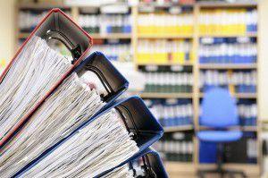 Viele Ordner mit Unterlagen