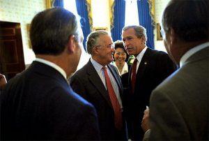 US-Präsident Bush vor der Unterzeichnung des SOX mit Senator Paul Sarbanes im Jahe 2002
